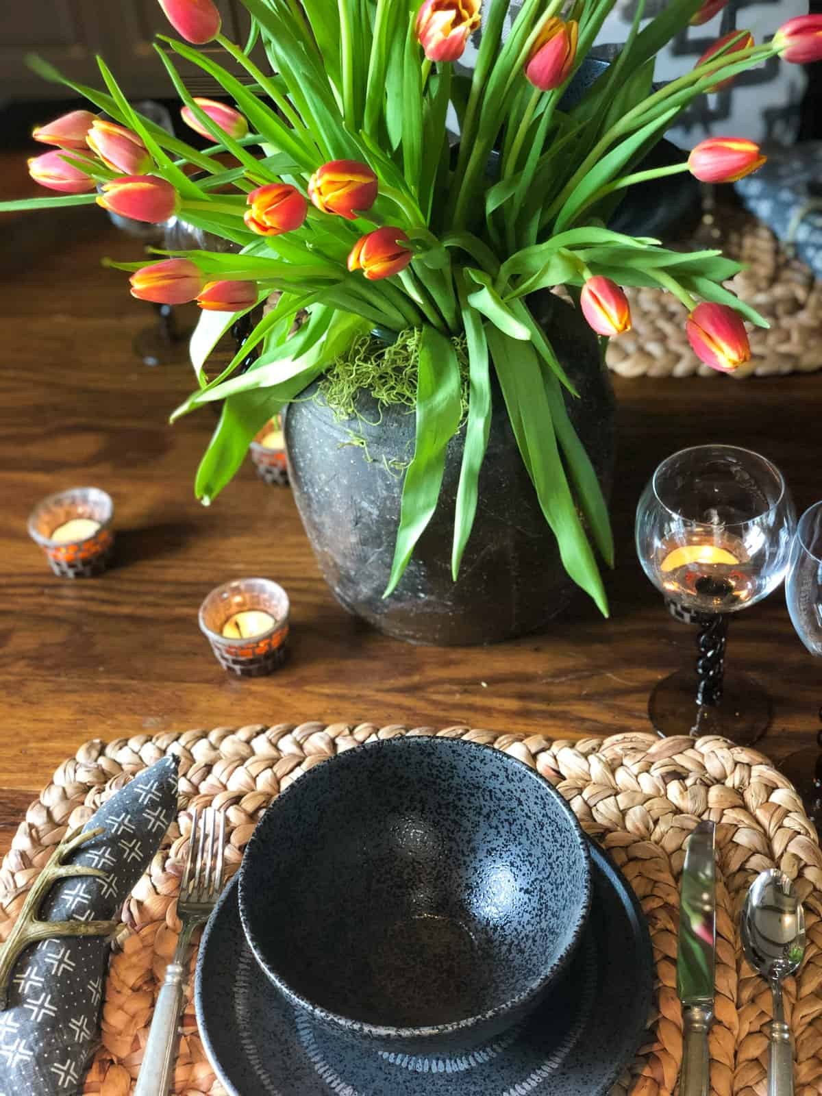 black place setting with tulipx
