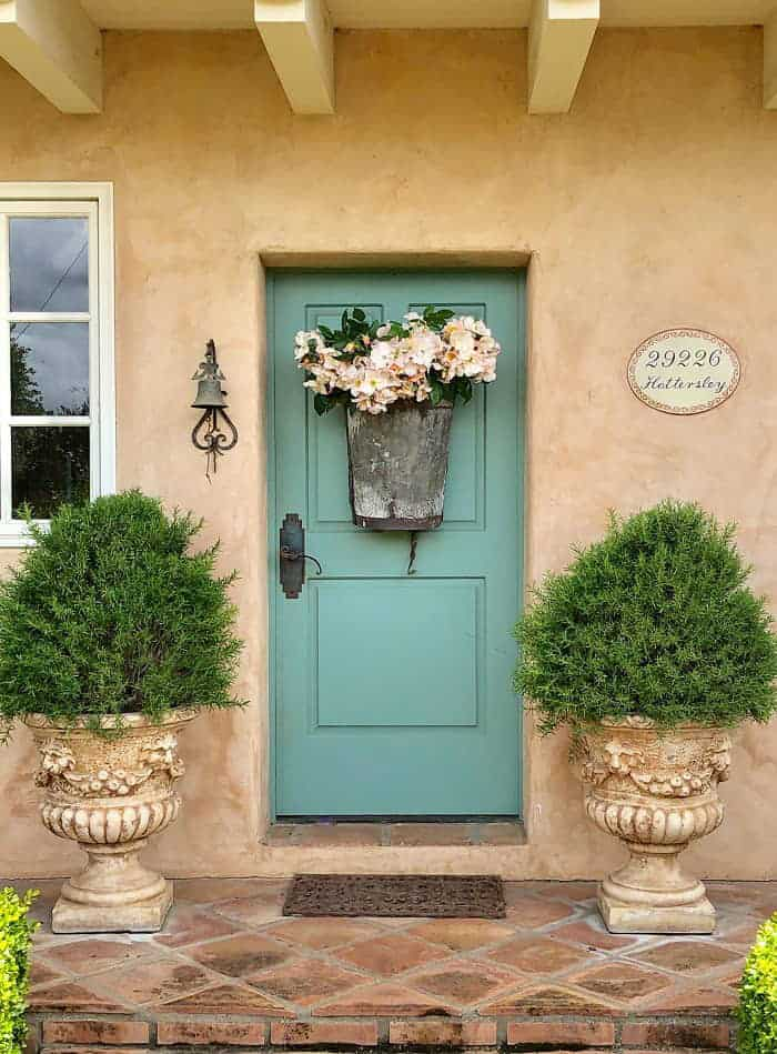 design blogger cindy hattersley's front door old grape hotte filled with roses